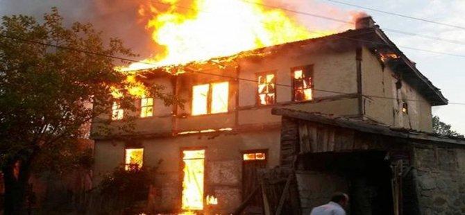 Kabaca Köyünde İki Katlı Ev  Tamamen Yandı