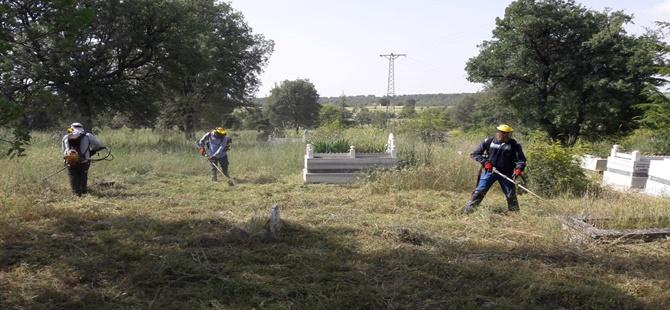 Beypazarı Belediyesi Merkez ve Tüm Köylerdeki Mezarlıklarda Bayram Bakımı Yapıyor