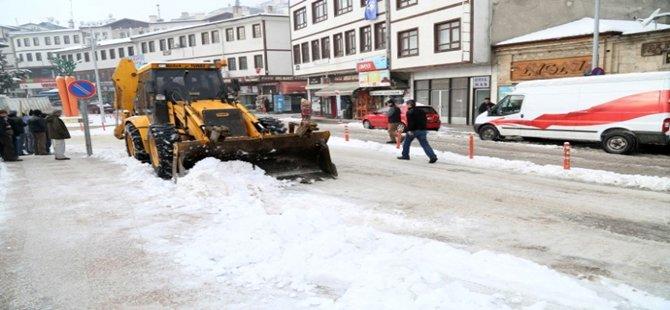 Beypazarı´nda gece boyunca etkili olan kar yağışı sonrası, karla mücadele çalışmaları sürüyor