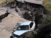 Beypazar Ankara Yolu Akkaya Mevkiinde Çöken Yol Otomobili Yuttu 1 Yaralı
