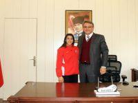 Balkan Şampiyonu olan Beypazarımızın gururu Mizgin AY, Kaymakamımız Kadir EKİNCİ'yi ziyaret ett